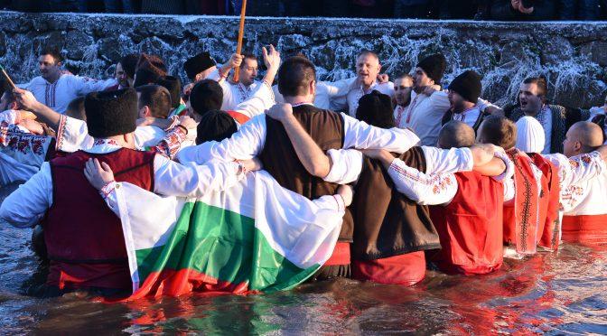 Мъжко хоро в ледените води на Тунджа